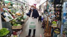 Lugo Monumental reparte a sus asociados de Plaza y Mercado mascarillas donadas por Ajuar Decoración