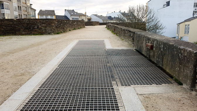 Lugo Monumental propone papeleras en la Muralla ancladas a las rejas de las escaleras
