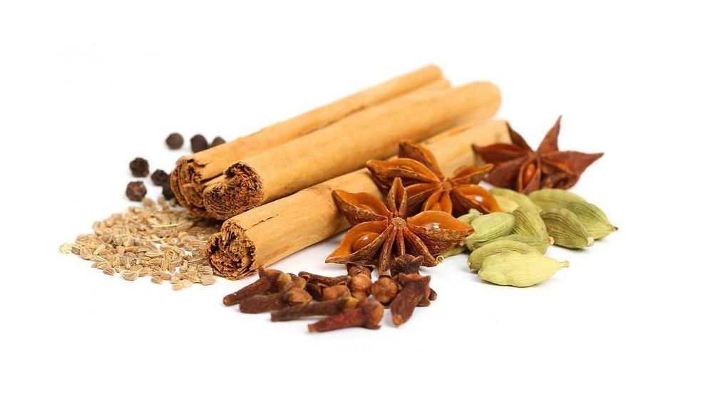 ванильные и коричные палочки, гвоздика, кардамон, перец чили