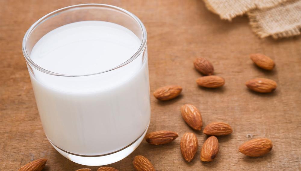 Маска из молока и миндаля