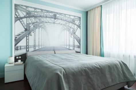 Мост в спальне и телевизор в ванной одной мужской квартиры.