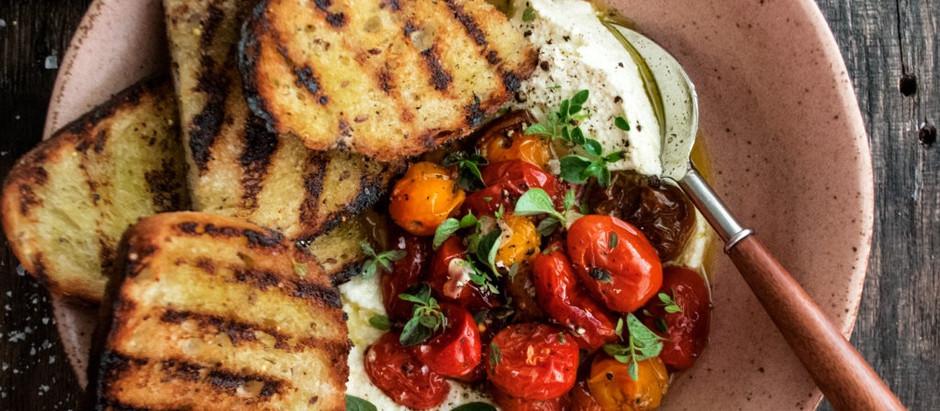 Aperitivo de tomate e queijo feta