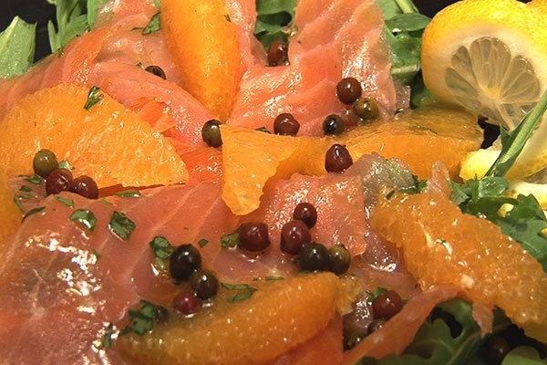 Assiette de Carpaccio  Saumon,sur un lit de salade, Orange et Olives