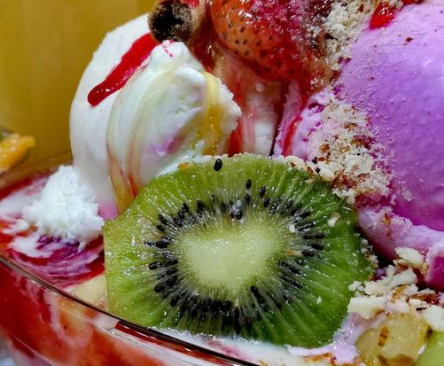 Salade des Fruits avec  Crème Glacée Myrtilles