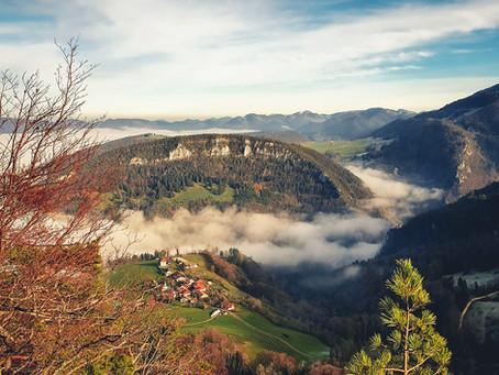 Crête de Vellerat et Grotte aux Fées : au-dessus du brouillard.