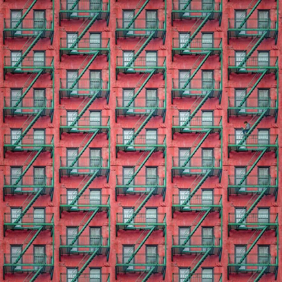 Пол Брунс, галерея Люмьер, красный дом, окна, лестницы