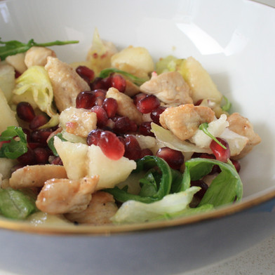 Fris slaatje met kip, peer en granaatappel