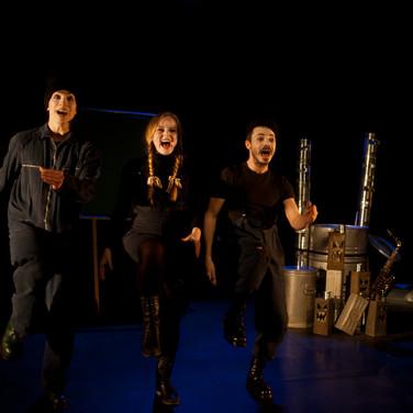 Le trio de chanteurs et de chanteuse