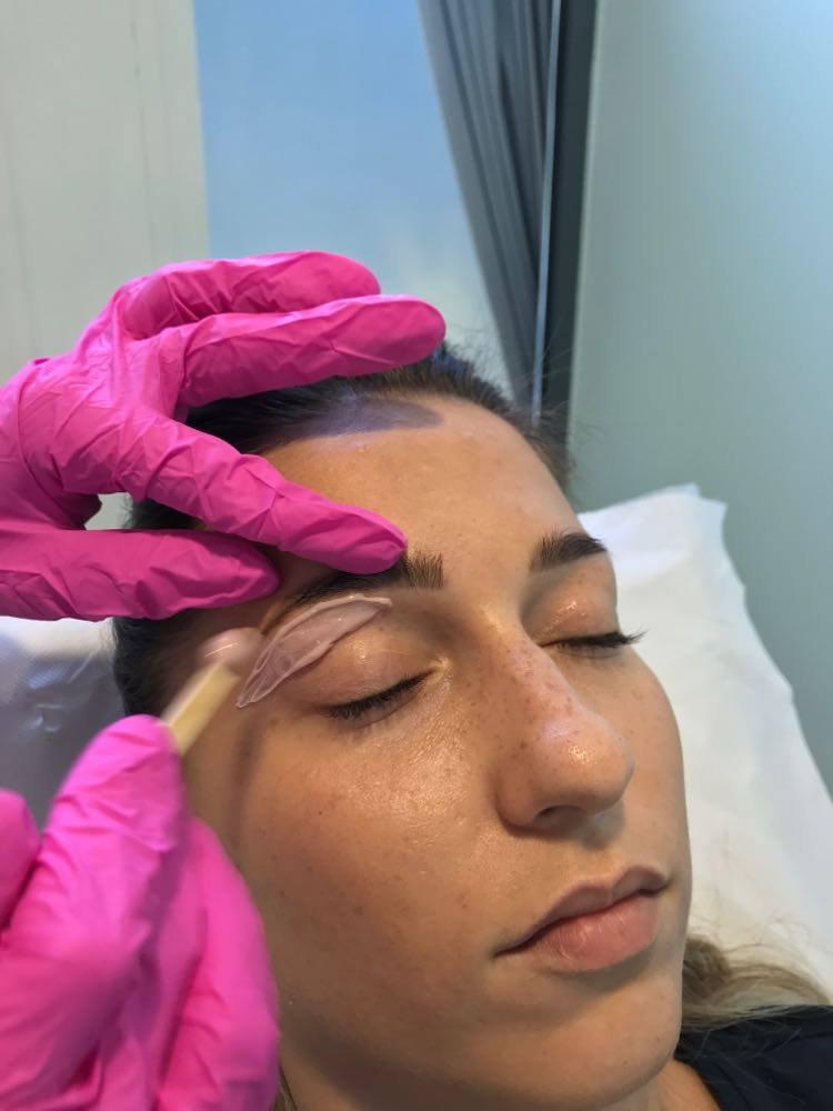 Depilacja woskiem twarzy