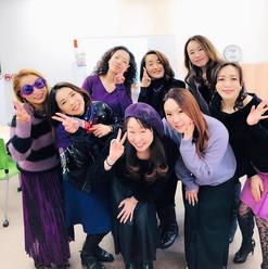 本日の「有美と愉快な仲間たち」。ドレスコードは紫でした。みんながネイルと経営に真