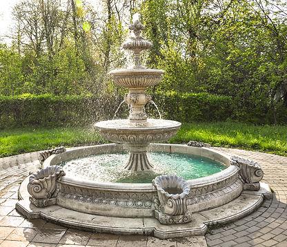 фонтан из бетона, классический фонтан