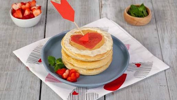 Sorpréndelo con unos deliciosos Hot Cakes Flechados de LA LECHERA®