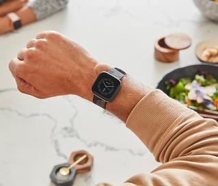Fitbit lanza Versa 2, un smartwatch de estilo de vida premium, con funciones activadas por voz