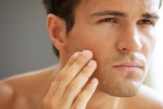 Los hombres de hoy cuidan su piel y cabello para verse y sentirse bien