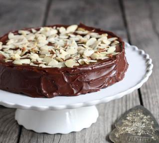 Una rebanada de dulzura: pastel de chocolate con almendras