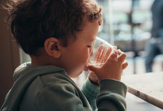 Inculca el hábito de beber agua a tus pequeños