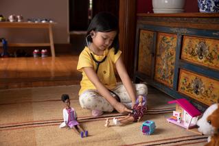 Barbie lanza campaña sobre beneficios del juego con muñecas