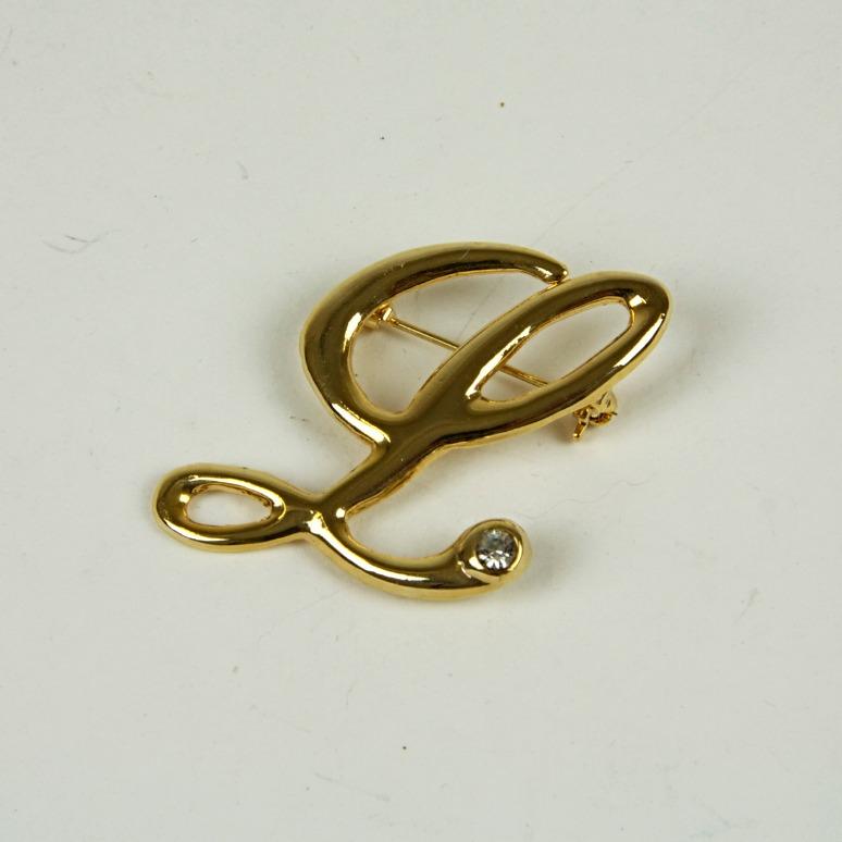 'L' brooch