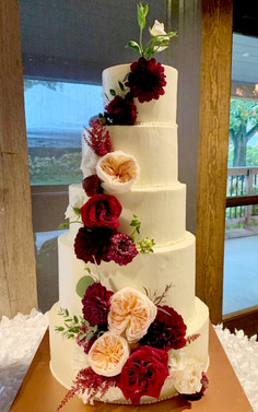 Amber and Derek, a beautiful cake with amazing flavors and fillings, including honey cake with goat cheese mousse and fig jam, as well as caramel cake with pecan praline filling.
