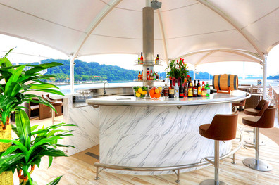 coral-discoverer-sun-deck-bar.jpg