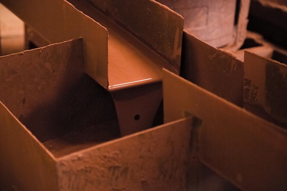 L'argile est purifiée et lissée