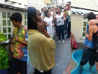 Mães solteiras comemoram batismos de seus filhos