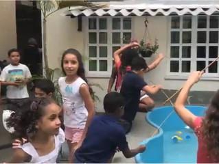 Crianças felizes e bem cuidadas pelos nossos irmãos