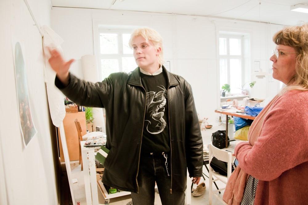 Ville Laurinkoski esitteli meille oman kandityönsä performanssin valmistelua.