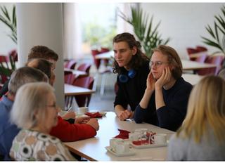 Nuorten ja ikäihmisten tapaaminen Lumon lukiolla