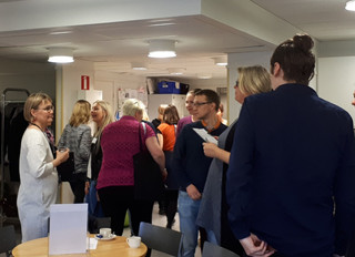 Alumnit ja huoltajat esittelivät ammattiaan Helsingin luonnontiedelukion ammattien aamupäivässä