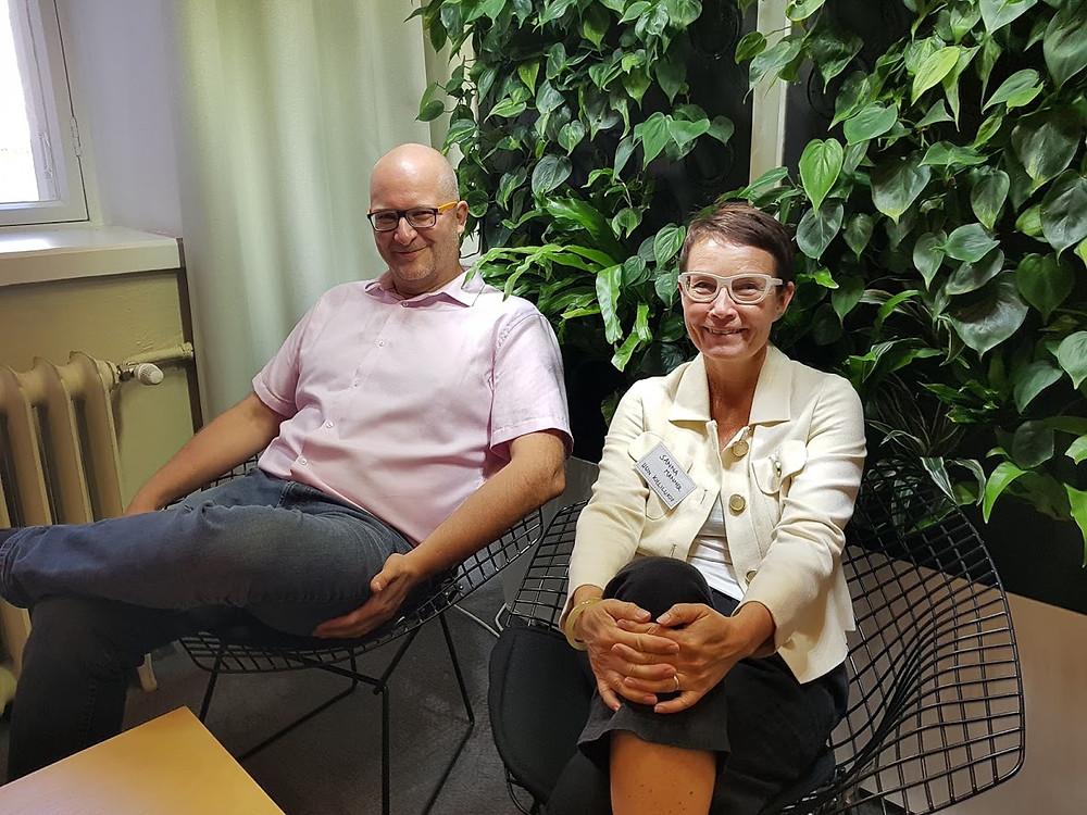 Kuvassa johtamisvarjostukseen 2018 osallistuneet 3 Step IT:n Erkki Kondelin ja Helsingin kielilukion rehtori Sanna Manner. Kuva: Susan Tuulosniemi
