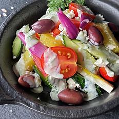 Салат с печеным картофелем в греческом стиле с соусом Дзадзики