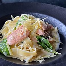 Феттуччине с лососем и свежим шпинатом