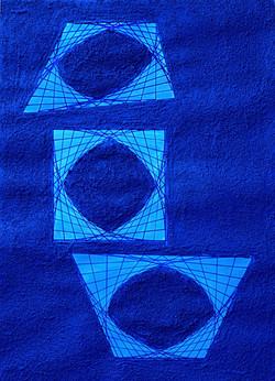 2 elementi asimmetrici e 1 quadrato su superficie materica blu