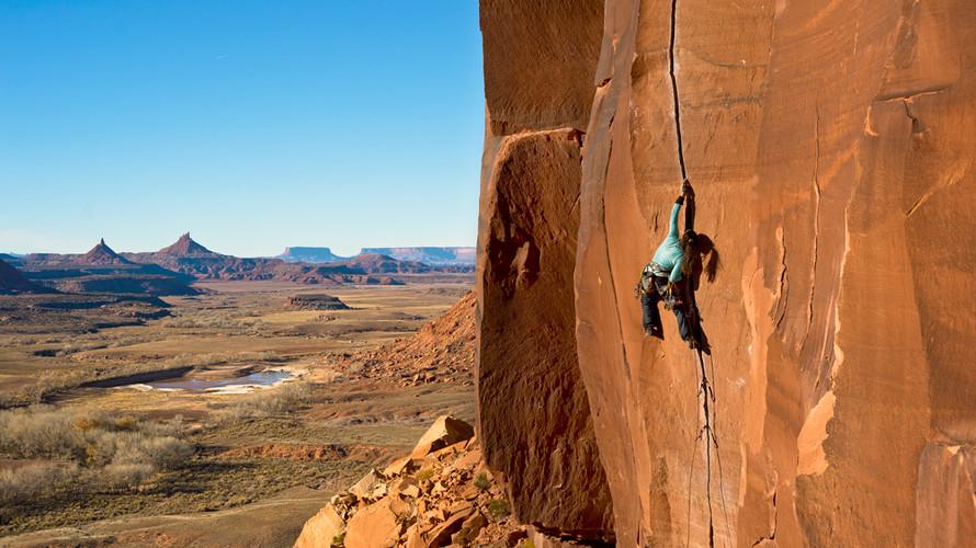 Climbing photographer in Mallorca