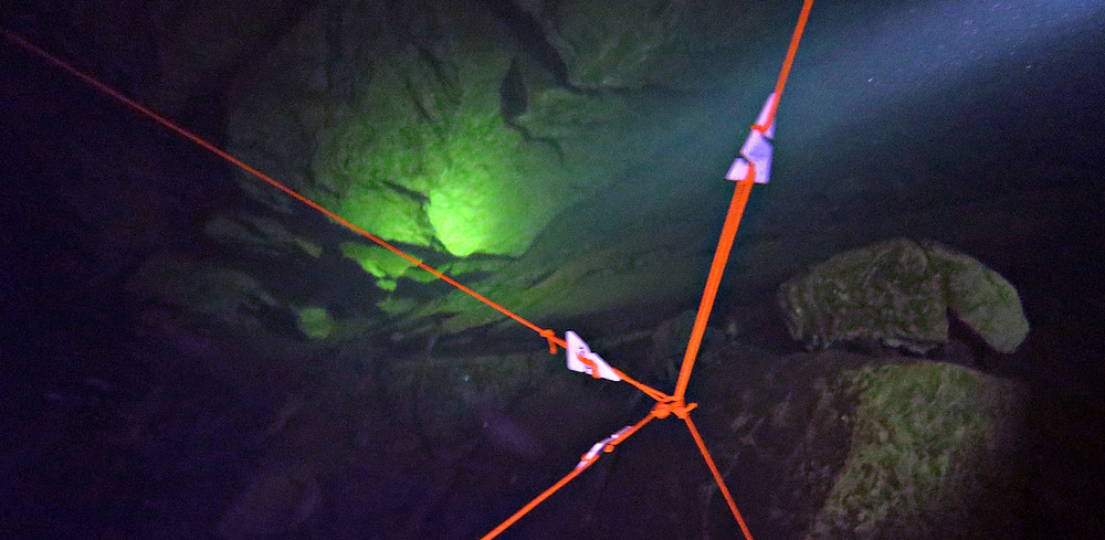 Маркеры в пещере Сонг Хонг, Таиланд
