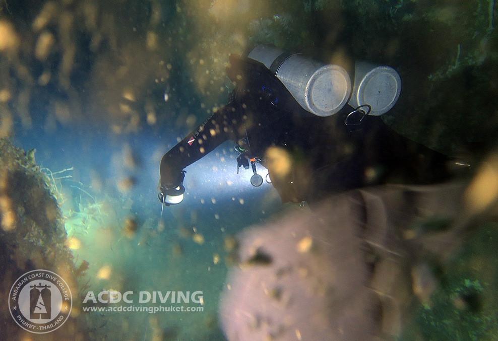 Дайвер в пещере на островах Пхи Пхи