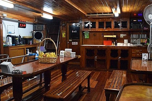 Manta Queen 8 - saloon