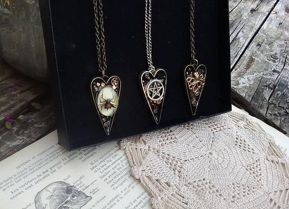Les coeurs sacrés - Pendentifs amulettes, cabinet de curiosités