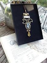 Talisman des Sorcières de Salem en laiton avec machoire de chauve-souris préservée, pyrite et pendule de pierre aux choix