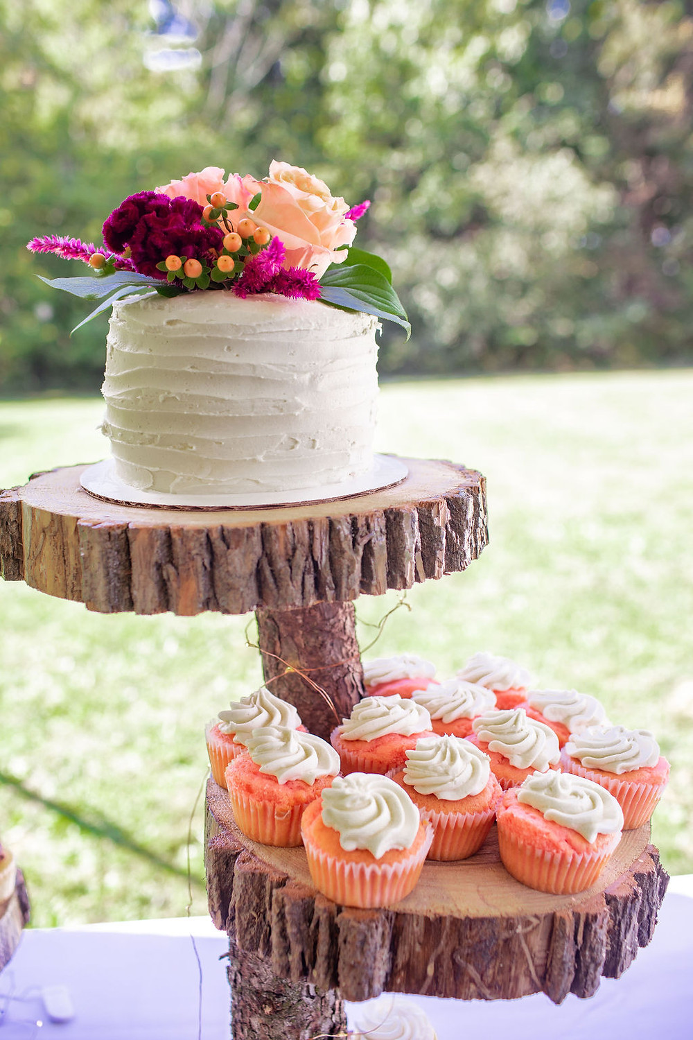 Small cutting cake and cupcakes for guests! Photo by Danie G. Moments.