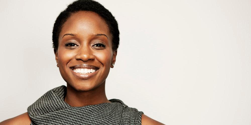 mulher de negocios negra sorrindo