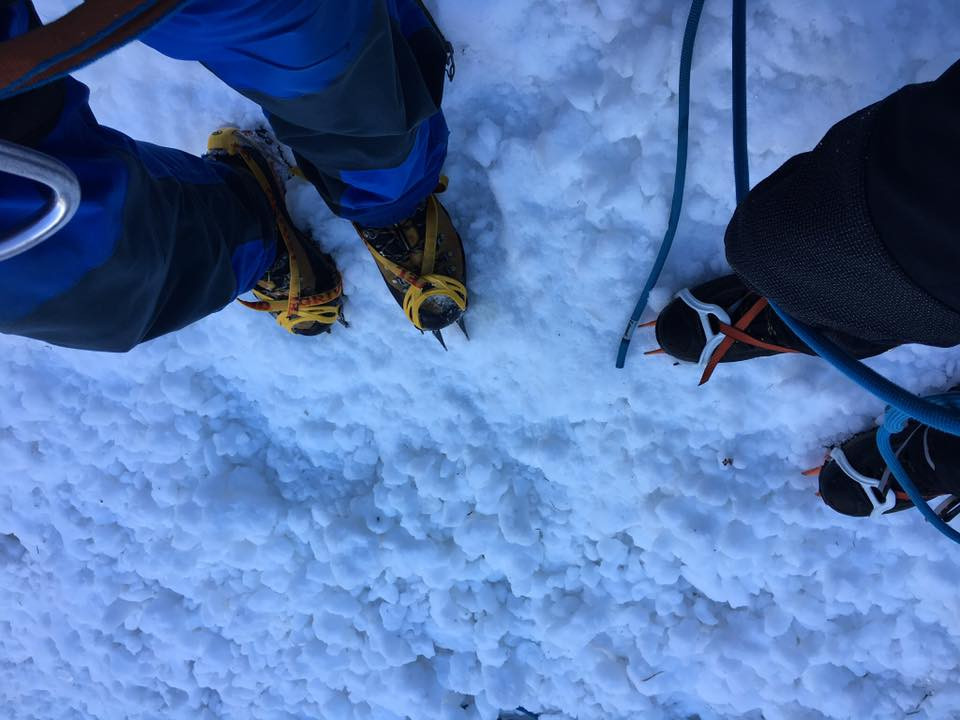 Sneeuwveld stijgijzers crampons rope alpine climbing mountaineers