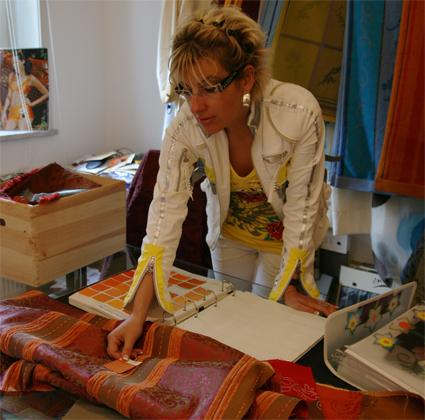 Textildesignerin Claudia Hagn coloriert