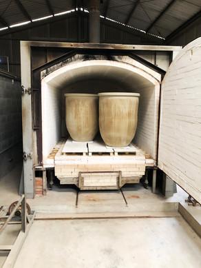 当工房で使っている藍がめは、約240年の歴史を誇る徳島の伝統工芸品・大谷焼(おおたにやき) 森陶器さんの窯場