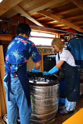 藍染めの体験 お二人でTシャツを染められました。