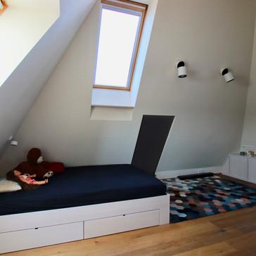 modrý podkrovní dětský pokoj