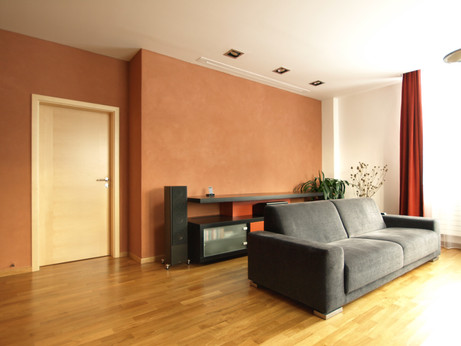 obývací pokoj s jílovou omítkou
