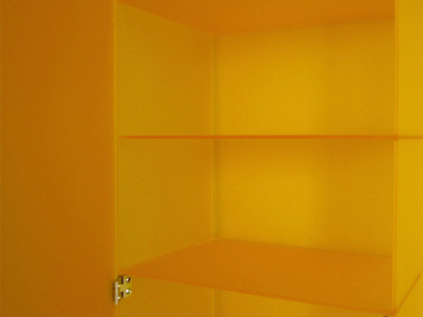 žlutá skříň