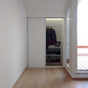 skříň v loftu ved terasy